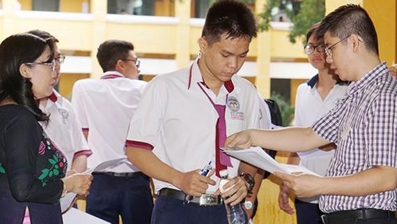 Thí sinh làm thủ tục trong kỳ thi THPT quốc gia 2018
