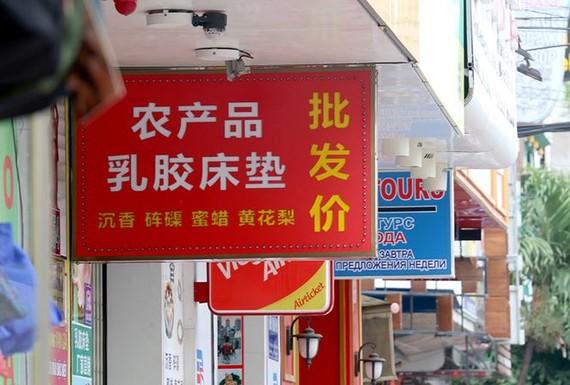 Nhiều bảng hiệu chỉ sử dụng tiếng nước ngoài ở một số địa phương