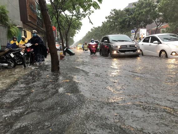 Cơn mưa lớn khiến nhiều tuyến đường vào sân bay Tân Sơn Nhất bị ngập. Ảnh: ĐAN NGUYÊN