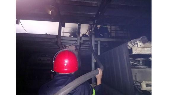 Công tác chữa cháy ở hiện trường. Ảnh: CHÍ THẠCH
