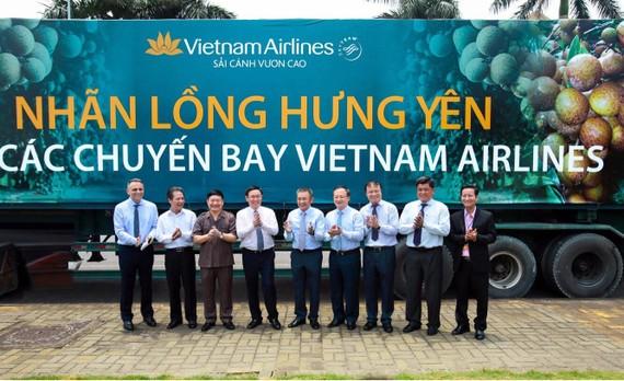 Phó Thủ tướng Vương Đình Huệ chứng kiến thỏa thuận đưa nhãn lồng Hưng Yên lên máy bay của Vietnam Airlines