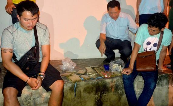 Ngày 25-6, BĐBP Hà Tĩnh phối hợp bắt 2 đối tượng đang vận chuyển 15 bánh cần sa, 200 viên ma túy tổng hợp