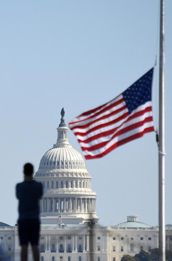 事件發生後,美國聯邦建築降半旗以示哀悼。