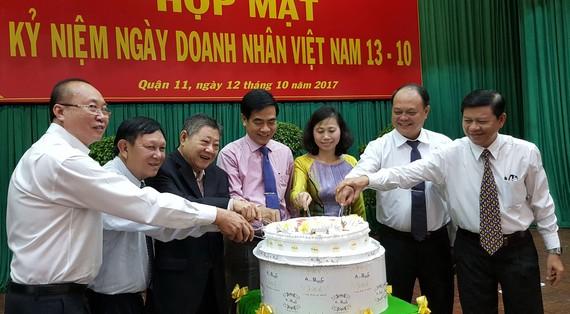 第十一郡領導與企業家協會代表切蛋糕慶祝。