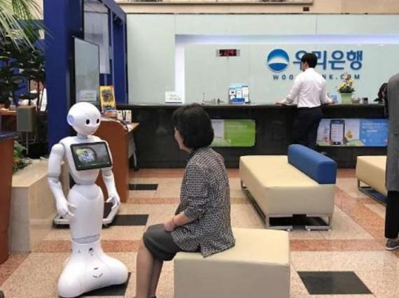 """機器人""""Pepper""""為顧客提供服務。"""