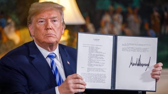 美總統特朗普展示簽署的總統備忘錄。