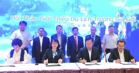 越中兩國旅遊單位簽署合作合同。