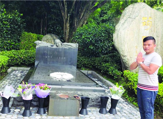 作者在鄧麗君墓前致敬。