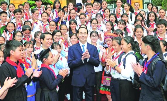 國家主席陳大光昨(10)日在主席府與參加2018年第三次全國優秀少先隊長聯歡會的200名少兒代表會晤。