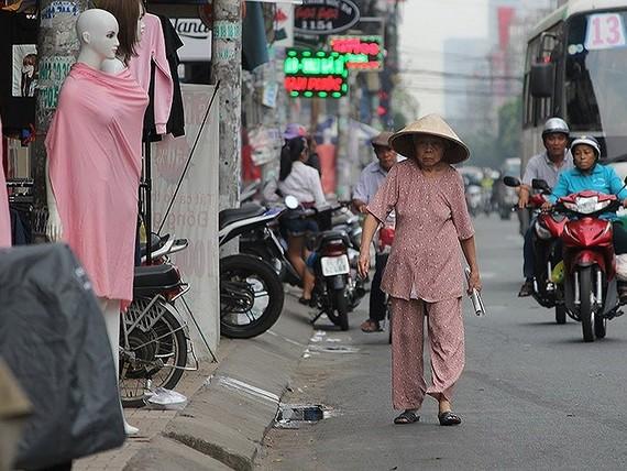 第三郡八月革命街上,老年路人要在馬路上 行走,只因人行道被商戶佔用。