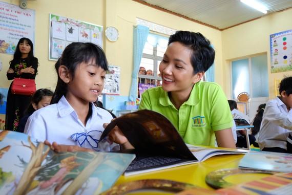 """H'Hen Niê: """"Không đọc sách, không có điều kiện tiếp cận sách, thật bất công với các em"""""""