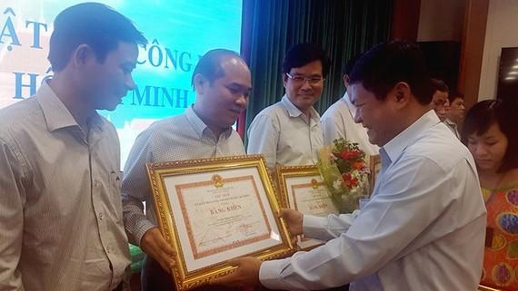 UBND TPHCM đã tặng bằng khen cho 18 tập thể đã có thành tích xuất sắc trong tổ chức triển khai các quy định pháp luật về công tác tiếp công dân