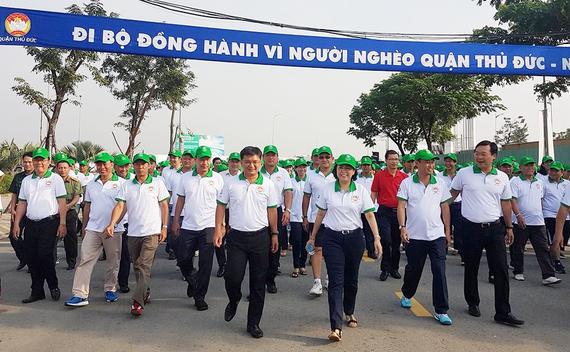 """Các đồng chí lãnh đạo TPHCM tham gia cuộc đi bộ """"Vì người nghèo"""" sáng 11-11-2017."""
