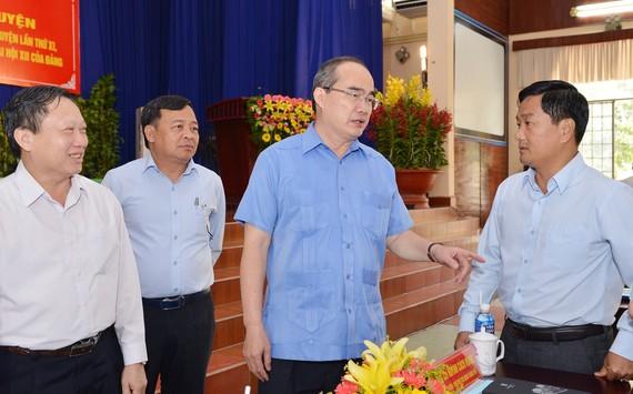 Bí thư Thành ủy TPHCM Nguyễn Thiện Nhân trao đổi cùng lãnh đạo huyện Củ Chi. Ảnh: VIỆT DŨNG
