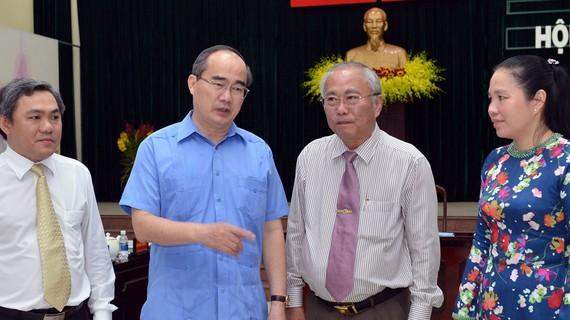 Đồng chí Nguyễn Thiện Nhân trao đổi với các lãnh đạo huyện Hóc Môn. Ảnh: VIỆT DŨNG