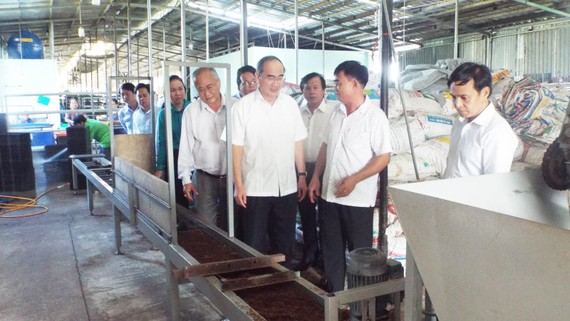 Bí thư Thành ủy TPHCM Nguyễn Thiện Nhân tham quan một cơ sở sản xuất ở xã Xuân Thới Sơn, huyện Hóc Môn