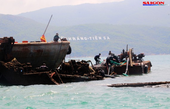 """Ra biển xem """"vòi bạch tuộc"""" kéo xác tàu ngàn tấn bị đắm"""