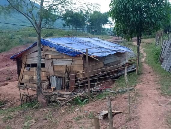 Nhà của dân bị phá, xã làm ngơ, buộc lãnh đạo huyện vào cuộc nhằm giúp vợ chồng gia đình người Khùa là Hồ Xuân cùng vợ và 5 người con thoát cảnh lều lán.