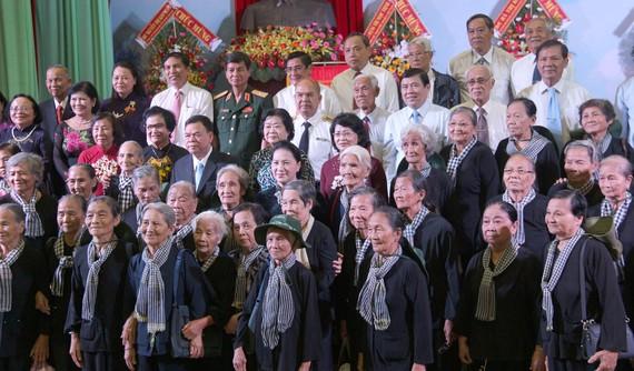 Lãnh đạo Đảng, Nhà nước và các tỉnh, thành chụp ảnh lưu niệm với Đội quân tóc dài. Ảnh: HÀM LUÔNG