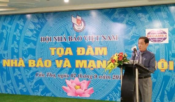 Nhà báo Nguyễn Bé, Phó Chủ tịch Hội nhà báo Việt Nam phát biểu tại buổi tọa đàm. Ảnh: HÀM LUÔNG