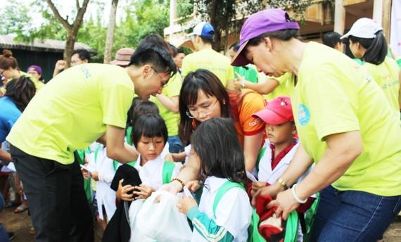 Trao áo trắng cùng nhiều dụng cụ học tập hỗ trợ học sinh khó khăn nhân dịp năm học mới