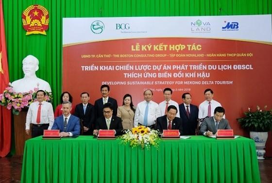 Thủ tướng Nguyễn Xuân Phúc dự buổi lễ ký kết. Ảnh: QUANG HIẾU