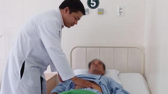 Bác sĩ chăm sóc cho bệnh nhân đang được hóa trị ung thư