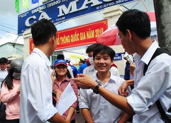 Nhiều thí sinh của trường THPT Cà Mau vui mừng khi làm tốt bài thi sáng nay. ẢNH: TẤN THÁI