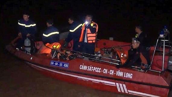Lực lượng chức năng có mặt ở hiện trường, xử lý vụ tai nạn chìm sà lan