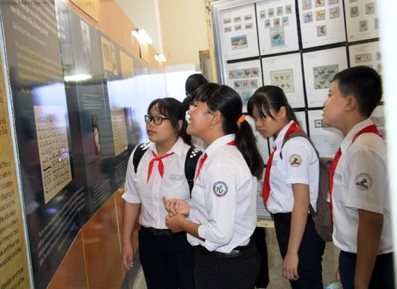 Nhiều học sinh đến với buổi triển lãm tem