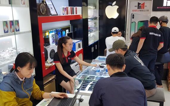 Khách hàng mua iPhone tại của hàng của Minh Tuấn Mobile