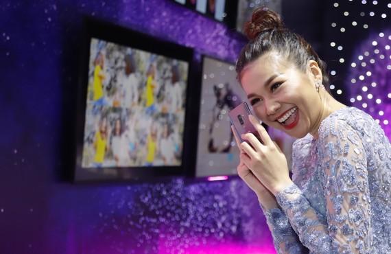 Người mẫn Thanh Hằng, một gương mặt quen thuộc với sản phẩm di động của Samsung