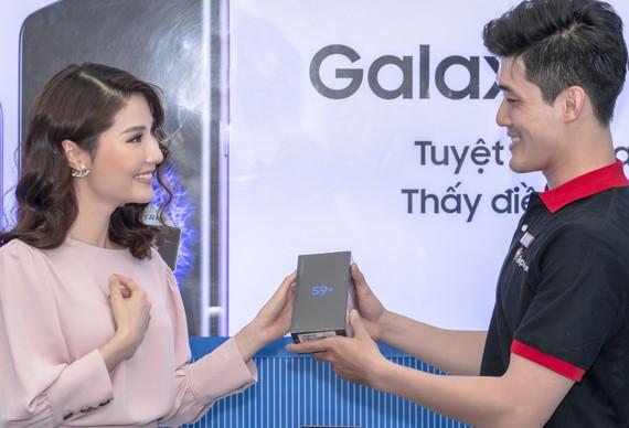 FPT Shop đã chính thức giao Galaxy S9+ 129GB phiên bản Lilac Purple cho khách hàng