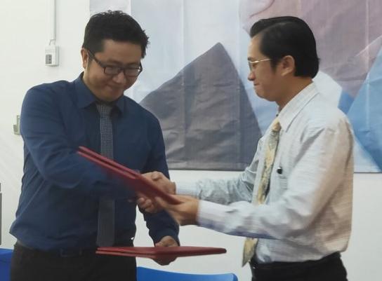 Ông Ngô Tấn Vũ Khanh, Giám đốc Phát triển Kaspersky Lab Việt Nam (trái) và ông Nguyễn Hoàng Anh, Hiệu trưởng trường iSpace tại buổi ký kết hợp tác