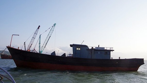 Tàu không người lái trôi dạt trên biển