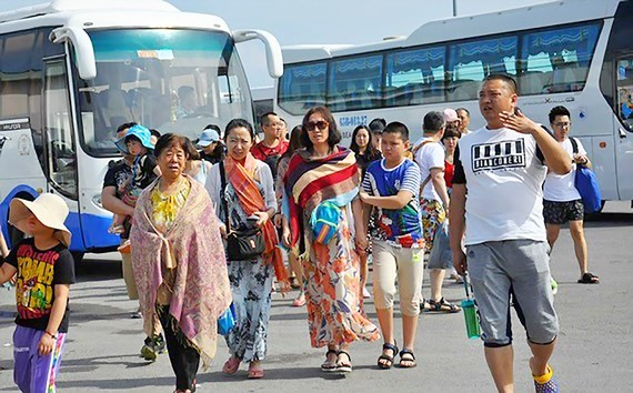Du khách Trung Quốc tại Nha Trang. Ảnh: VĂN NGỌC