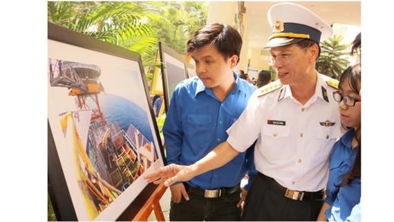 Đông đảo sinh viên tham quan triển lãm
