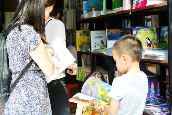 Readers in Ho Chi Minh City Book Street (Photo: Sggp)