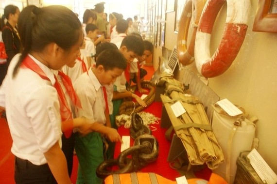 Students visit the exhibition. (Photo: Sggp)