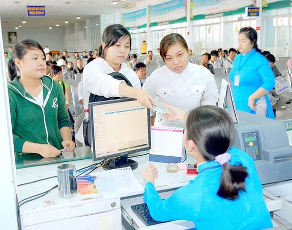 Passengers buy tickets at Saigon Railway Transport. (Photo: Sggp)