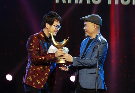 "Musician Khac Hung (L) won the titles, including ""Producer of the Year"" and ""Musician of the Year"", at the Cong Hien (Devotion) Music Awards 2017."
