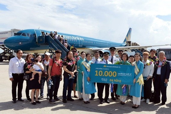 Passengers pose with the crew of the celebrated flight. (Photo: Vietnam Airlines)