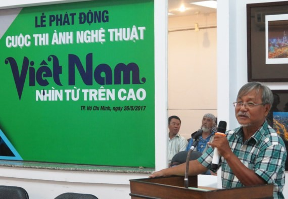 Nguyen Thanh Tam, chairman of the HCM City Photographers Association, speaks at the opening ceremony of the competition.  (Photo: Sggp)