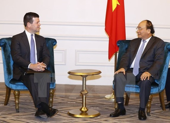 Prime Minister Nguyen Xuan Phuc (R) hosts Robert H. McCooey Jr, Senior Vice President of Nasdaq's Listing Services (Photo: VNA)