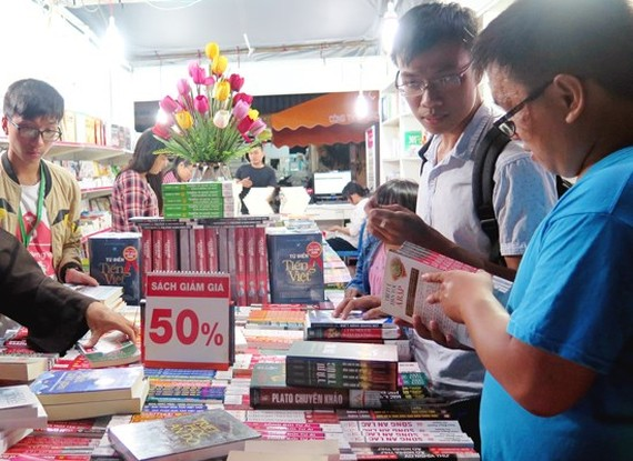 Readers will enjoy 10-50 percent discounts on books and stationery. (Photo: Sggp)