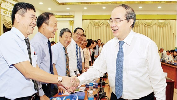 Secretary of HCMC Party Committee Nguyen Thien Nhan meets heads of Vietnamese representative agencies abroad. (Photo: Sggp)