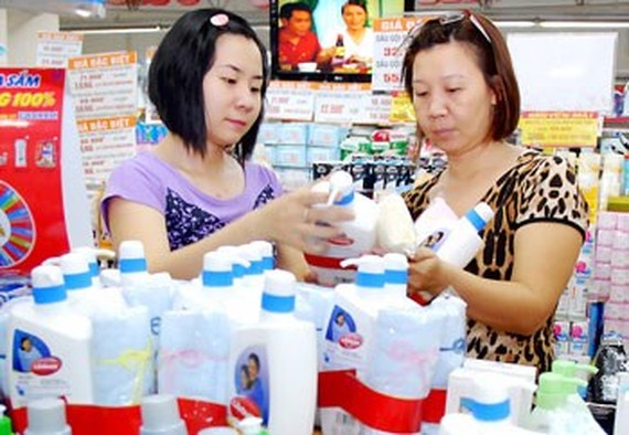 Customers choose a Unilever's green product in Cong Quynh Co.opMart.