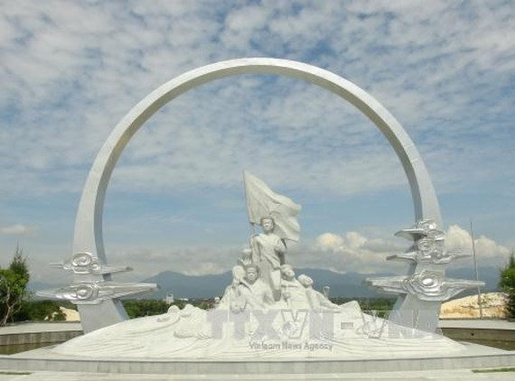 "The monument featuring the naval soldiers holding hands in an ""eternal circle"" to safeguard the national flag in the memorial site (Photo: VNA)"