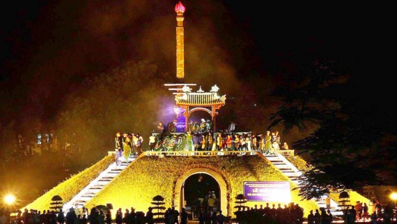 Many delegations offered flowers and incense at Memorial Monument of Quang Tri Citadel. (Photo: sggp)