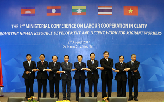 Participating officials pose for a photo at the 2nd Ministerial Conference on Labour Cooperation in CLMTV (Photo: VNA)